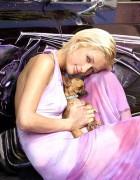 Пэрис Хилтон (Paris Hilton) со своим чихуахуа по кличке Тинкербель.