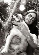 Оззи Осборн (Ozzy Osbourne) с бульдогом по кличке Чуи