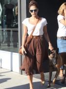 Кажется, что длинноногая загорелая красотка Ева Мендес никогда не расстается со своими солнцезащитными очками и сторожевым псом. Актриса уверяет, что Хьюго послушный и может спокойно идти за своей хозяйкой без поводка. Вместе «парочку» можно встретить на улицах Лос Анджелеса, в супермаркете, в ресторане и на пробежке! Однажды актриса поделилась: «Четыре-пять раз в неделю я бегаю в горах вместе с моей собакой».