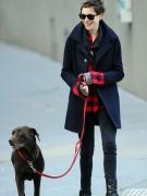 Энн Хэтэуэй любит гулять со своим лабрадором Эсмеральдой и мужем Адамом Шульманом по Бруклину